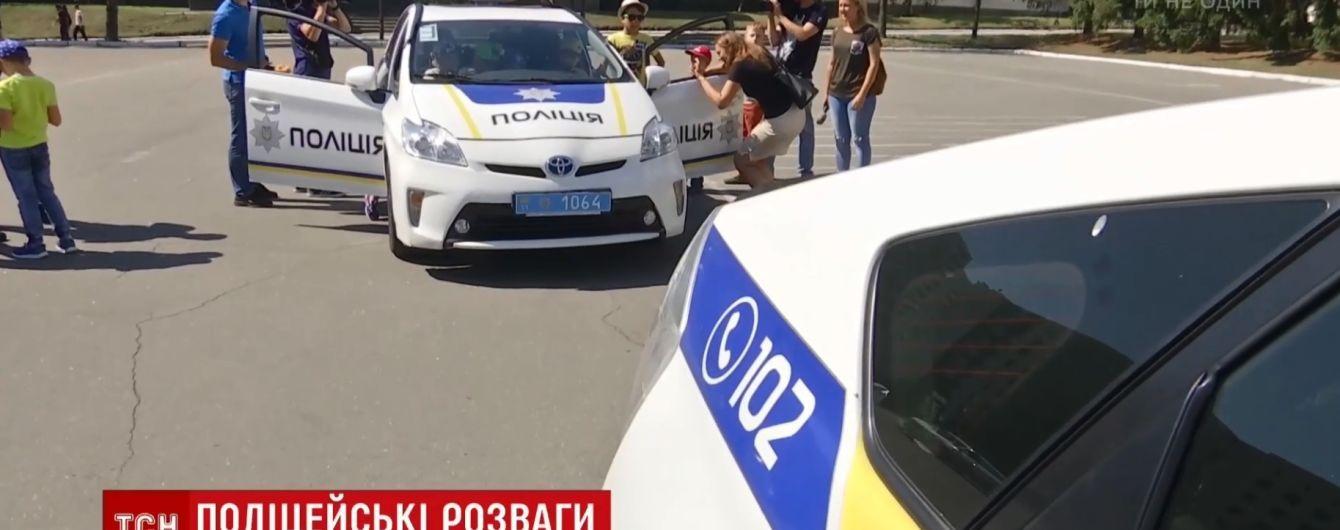 """Дитячий день у копів: пацієнти """"Охматдиту"""" і вихованці дитбудинків приїхали до поліцейської академії"""