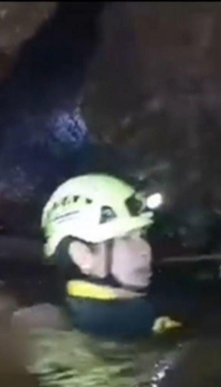 У тайській печері, звідки дістають підлітків, помер один із рятувальників