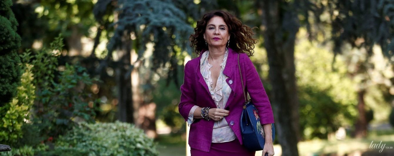 Эффектная и стильная: министр финансов Испании пришла на работу в фиолетовом костюме