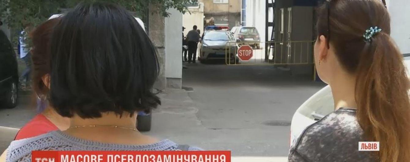 """У Львові невідомі """"замінували"""" одразу півтора десятка будинків"""