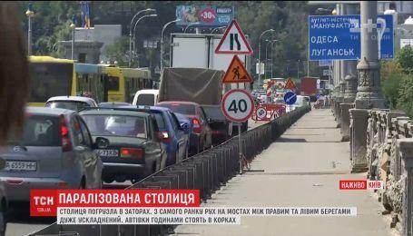 Через ремонти на мостах столиці автівки годинами стоять у заторах