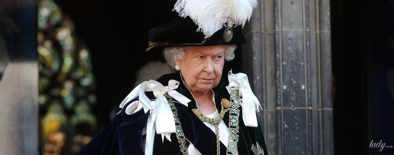 В платье по фигуре и серьгах с огромным бриллиантом: королева Елизавета II впечатлила новым выходом