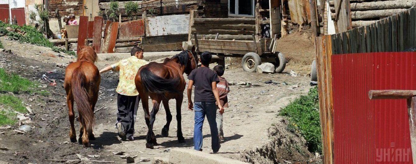 В Україні 100 тисяч ромів живуть у таборах – голова Нацполіції