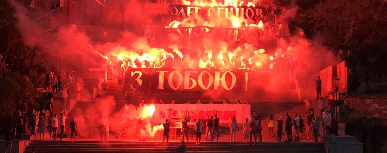 На Потемкинской лестнице в Одессе устроили зрелищную акцию в поддержку Олега Сенцова