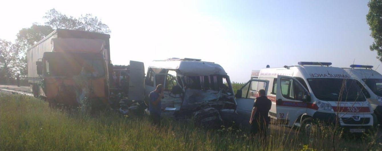 Смертельная ДТП. На Днепропетровщине микроавтобус столкнулся с грузовиком