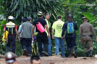 Врятованих із тайської печери дітей не віддають батькам