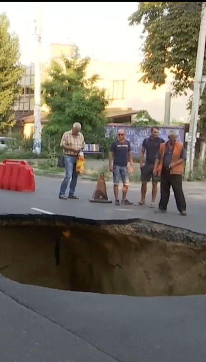 У курортному районі Одеси посеред дороги утворилася 3-метрова вирва
