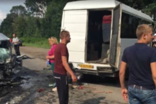 На Буковине водитель маршрутки задремал и врезался в легковушку - есть погибший и тяжело травмированные