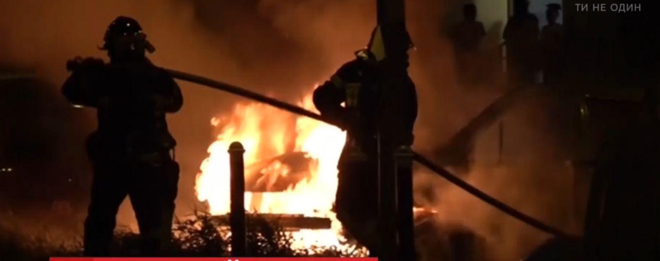 У французькому місті протестувальники четвертий день поспіль палять автомобілі та будинки