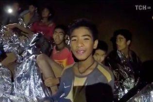 Довгоочікуване визволення: рятувальники вже витягли чотирьох дітей із затопленої тайської печери
