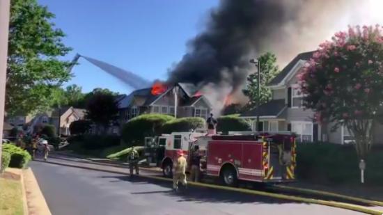 У США вертоліт впав на житлові будинки, є загиблі