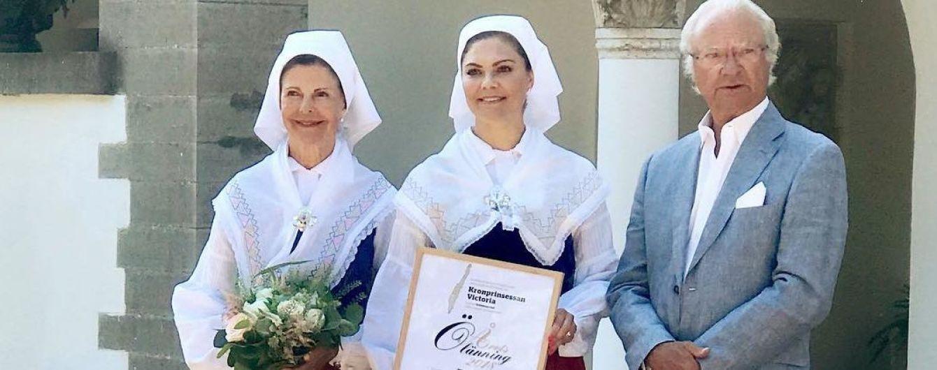 У національних костюмах кронпринцеса Вікторія з мамою королевою Сільвією відвідали урочисту церемонію