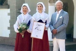 В национальных костюмах кронпринцесса Виктория с мамой королевой Сильвией посетили торжественную церемонию
