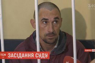 Мужчина, которого подозревают в избиении младенца, отрицает вину и обвиняет жену