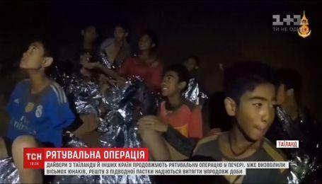 Рятувальники визволили з тайської печери уже вісьмох дітей
