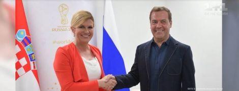 """Медведеву """"дорисовали"""" несколько сантиметров роста на фото с президентом Хорватии"""