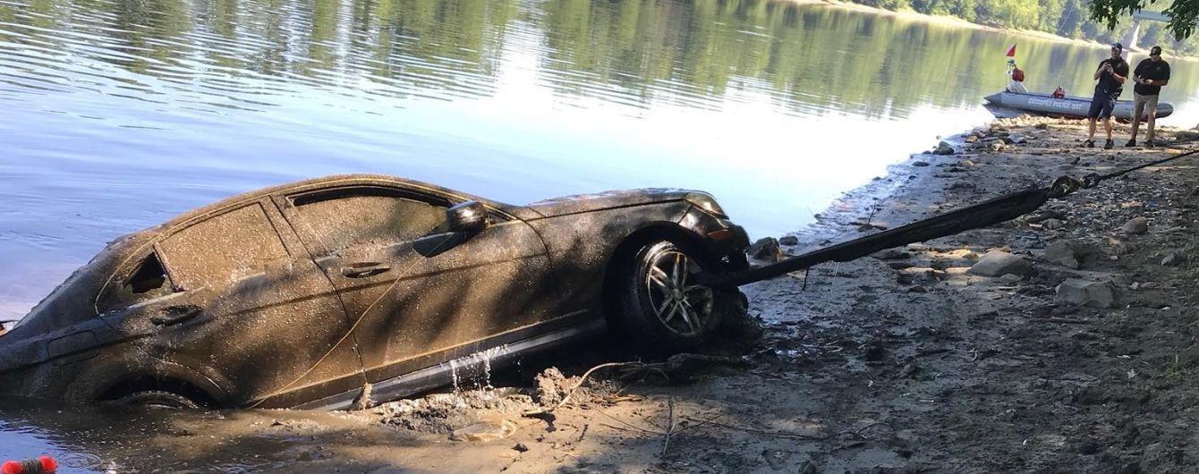 Владелец Mercedes забыл, что припарковал свой автомобиль в воде