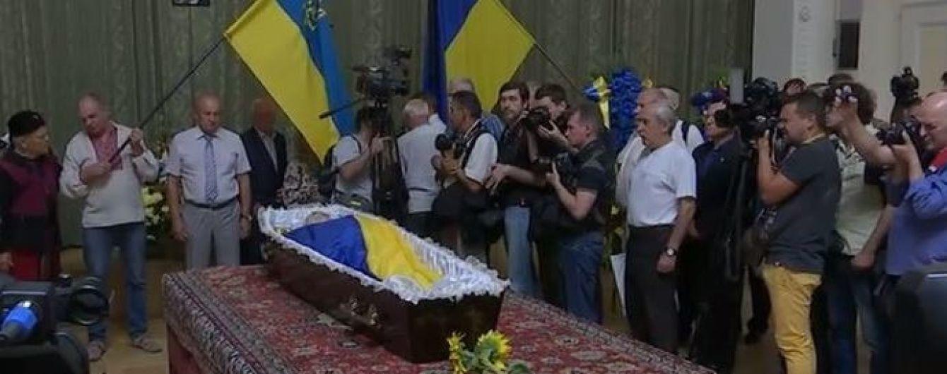 Сотни людей пришли проститься с Левком Лукьяненко