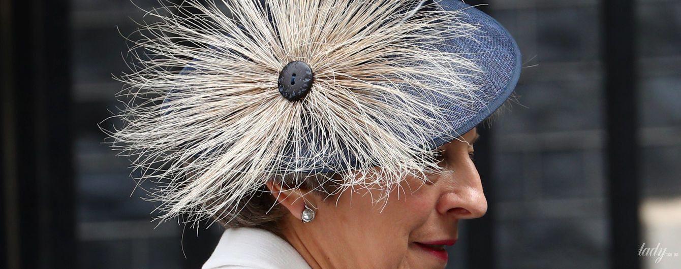 С глубоким декольте и в экстравагантной шляпе: Тереза Мэй в Вестминстерском аббатстве