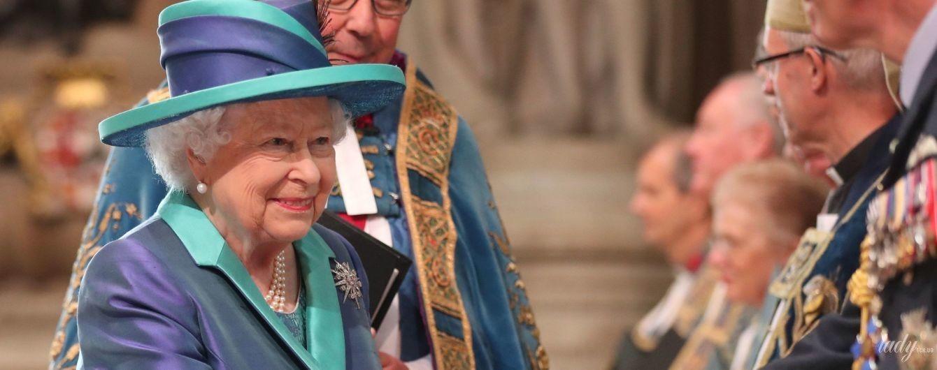 У двоколірному пальті і з діамантовою брошкою: яскравий вихід королеви Єлизавети II