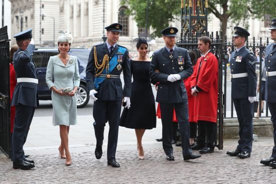Стримана Меган та втомлена Кейт: британські монархи відвідали святкову церковну службу