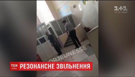 Поліцейським, які знущалися над безхатьком у Харкові, загрожує 8 років за ґратами