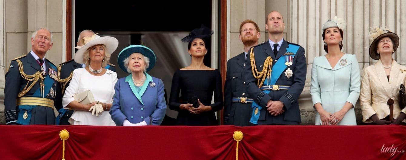 Зібралися на балконі: британська королівська сім'я спостерігає за повітряним парадом