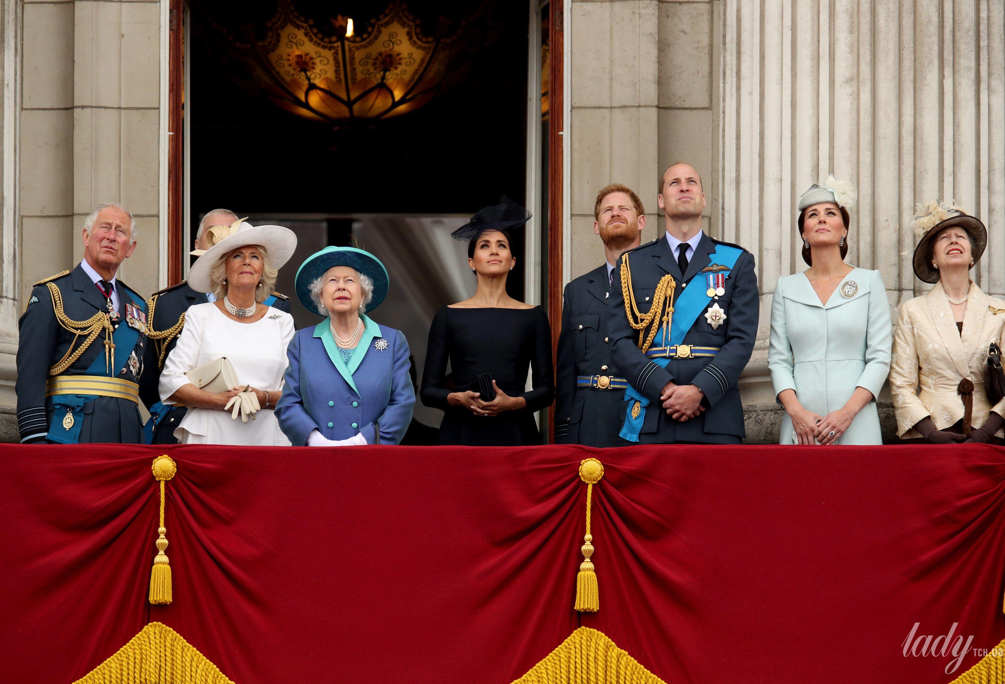 Британская королевская семья на балконе Букингемского дворца_5