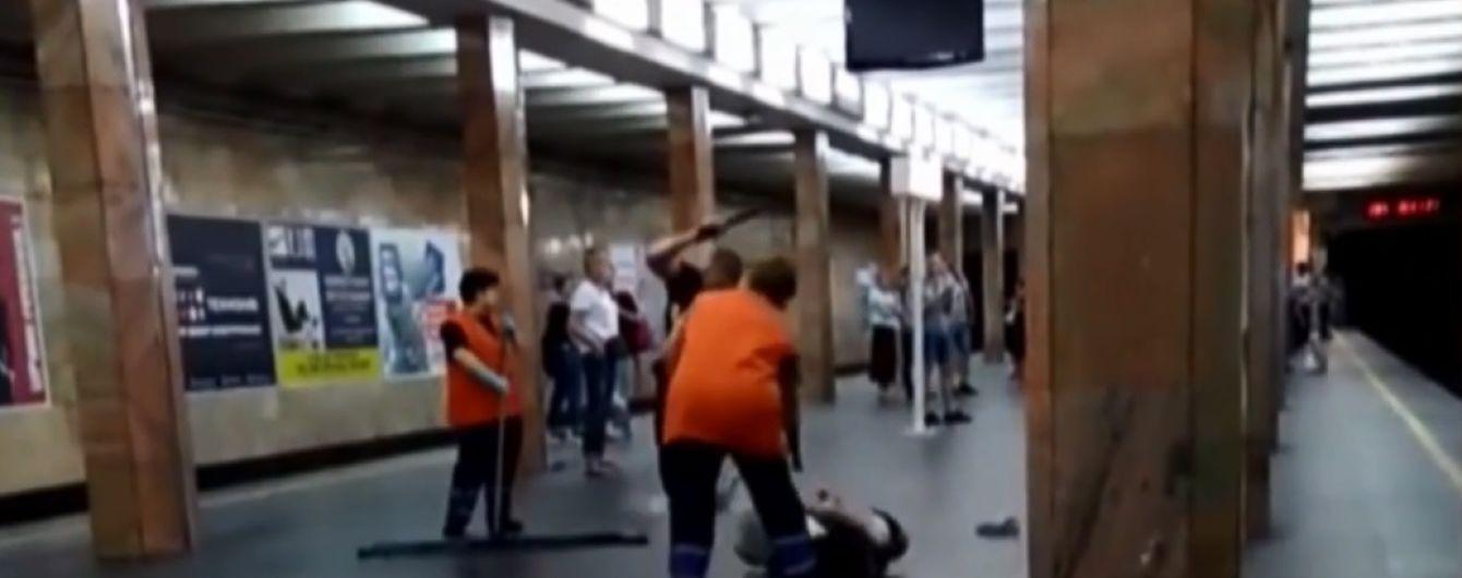У Києві поліцейський кийком відгамселив людину посеред станції метро