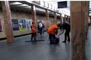 Щодо поліцейського, який побив чоловіка у метро в Києві, почали розслідування