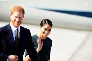 Меган в обтягивающем платье осуществила свою первую официальную поездку с принцем Гарри