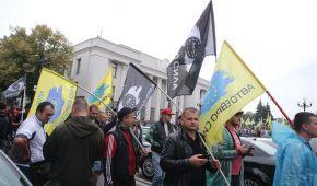"""З прапорами та парасольками: як акція протесту власників """"євроблях"""" паралізувала центр Києва"""