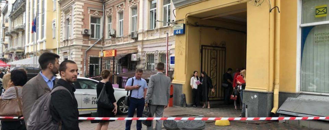 """В Киеве """"минировали"""" помещение двух судов"""