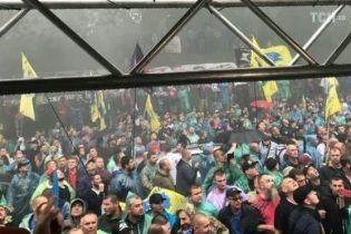 Центр Києва заблокований та в диму. Під Кабміном запалили фаєри та кинули димову шашку