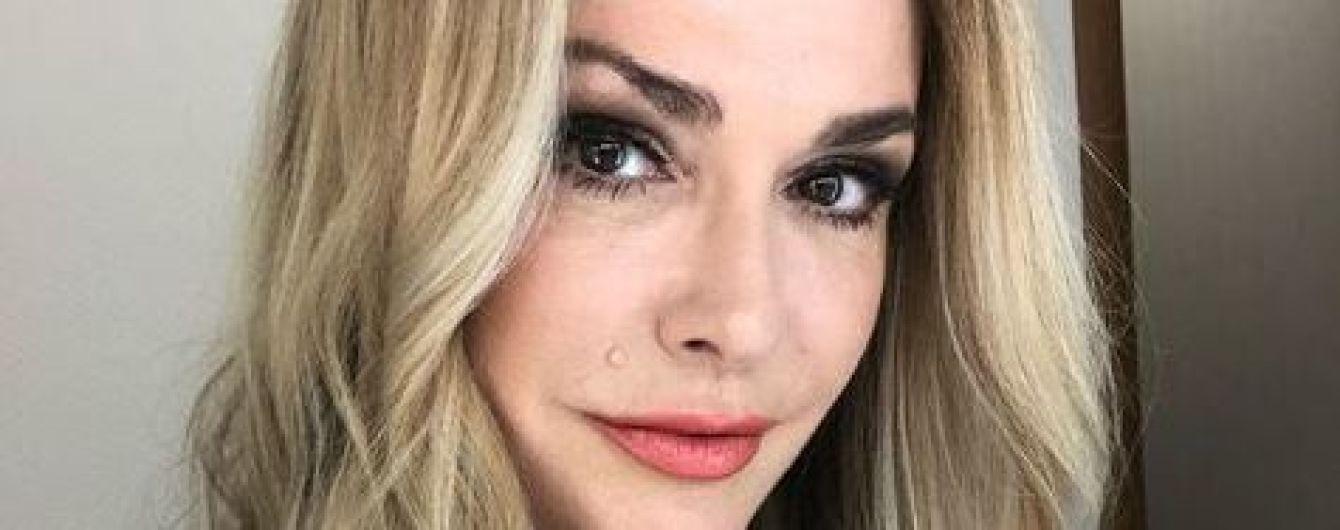 """Моторошне видовище: Сумська налякала фанів відео, де її обличчя """"замуровують"""" фарбою"""