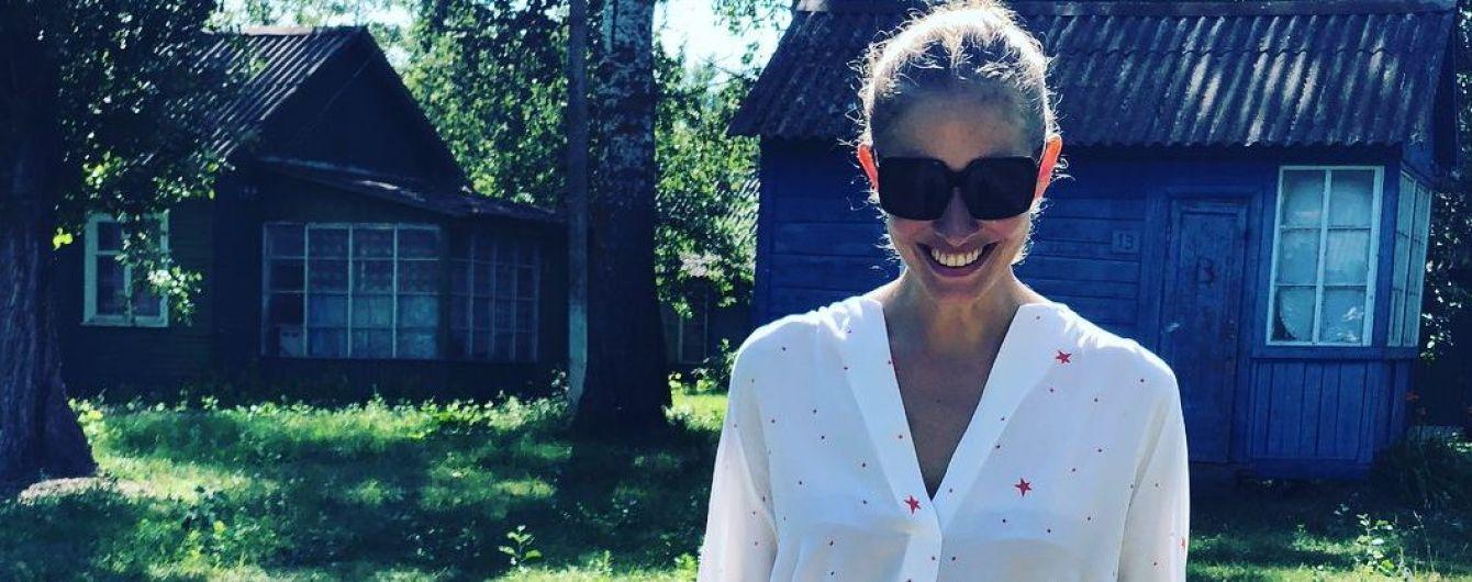 В миниатюрных шортах и полупрозрачной блузке: Катя Осадчая отдыхает в неожиданном месте