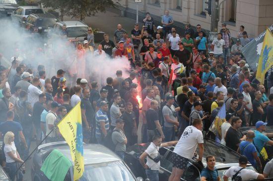 """""""Євробляхарі"""" заблокували Раду і побили авто голови комітету"""