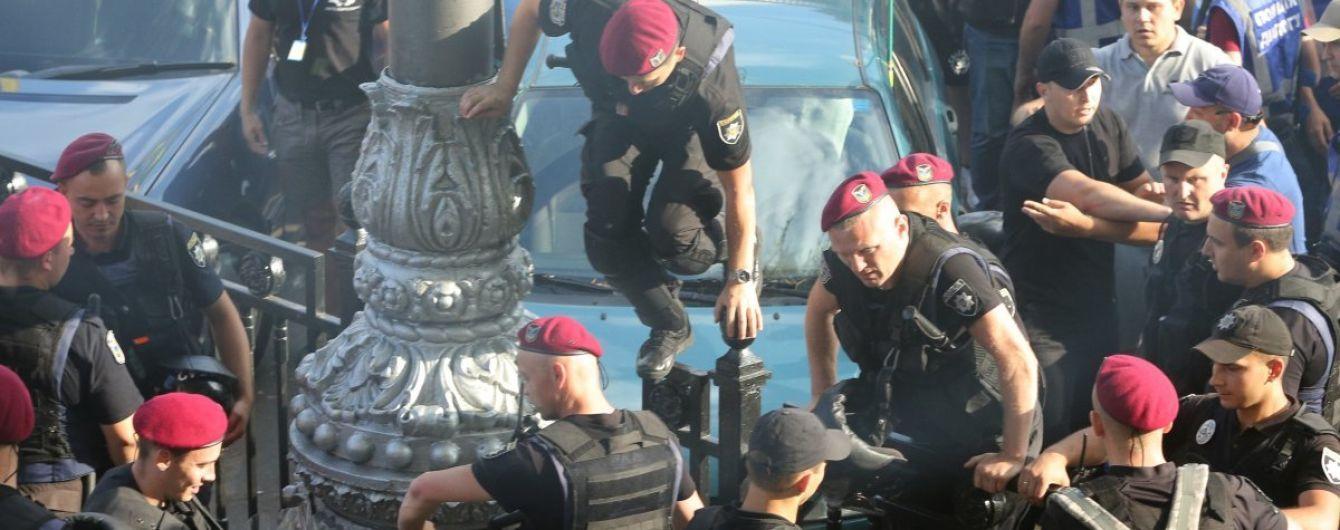"""Один из """"евробляхарей"""" во время акции под Радой пытался избить депутата, его задержали"""