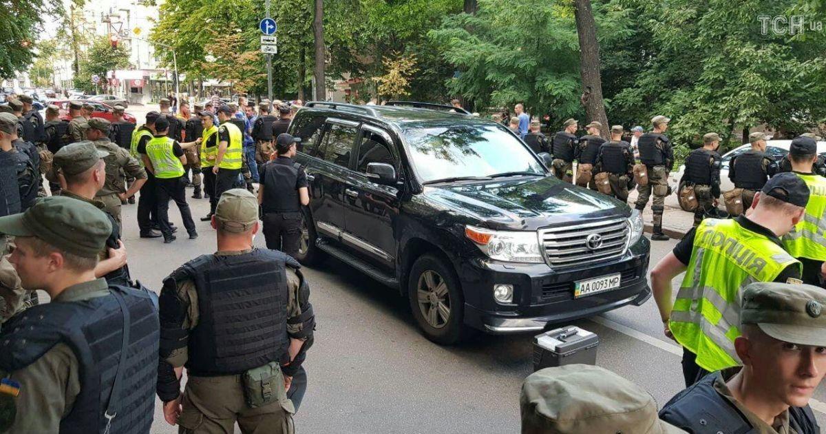 Машина сдепутатами Рады сбила митингующих вцентре столицы Украины