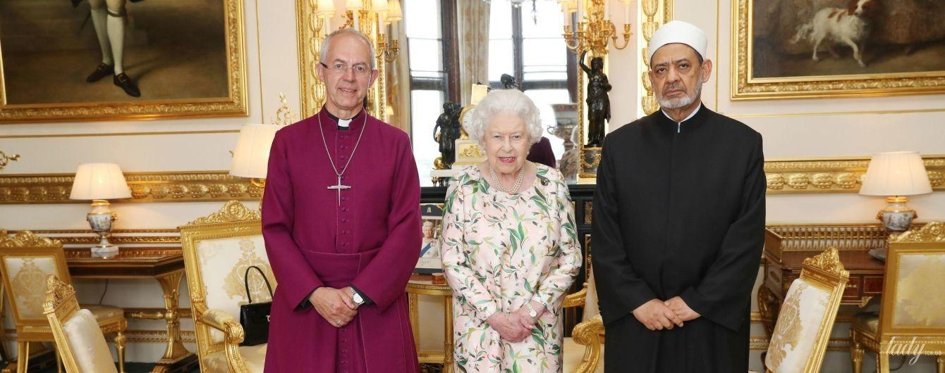 В новом платье и с ярким блеском на губах: королева Елизавета II провела частную аудиенцию