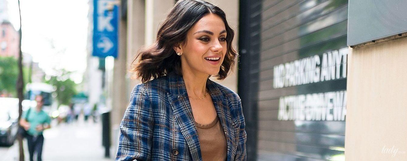 В клетчатом костюме и на шпильках: стильная Мила Кунис на улицах Нью-Йорка