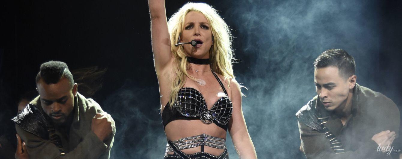 Шокировала образом: Бритни Спирс вышла на сцену в нижнем белье
