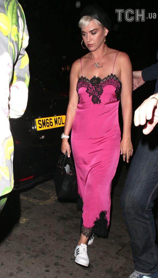 """Спокуслива Кеті Перрі у рожевій """"нічній сорочці"""" та кросівках сходила на побачення з Блумом"""