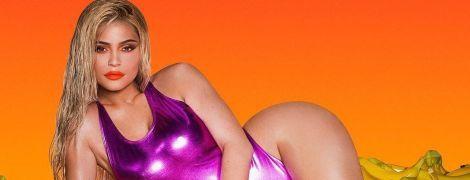 В купальнику і з яскравим макіяжем: Кайлі Дженнер знялася в ефектній фотосесії