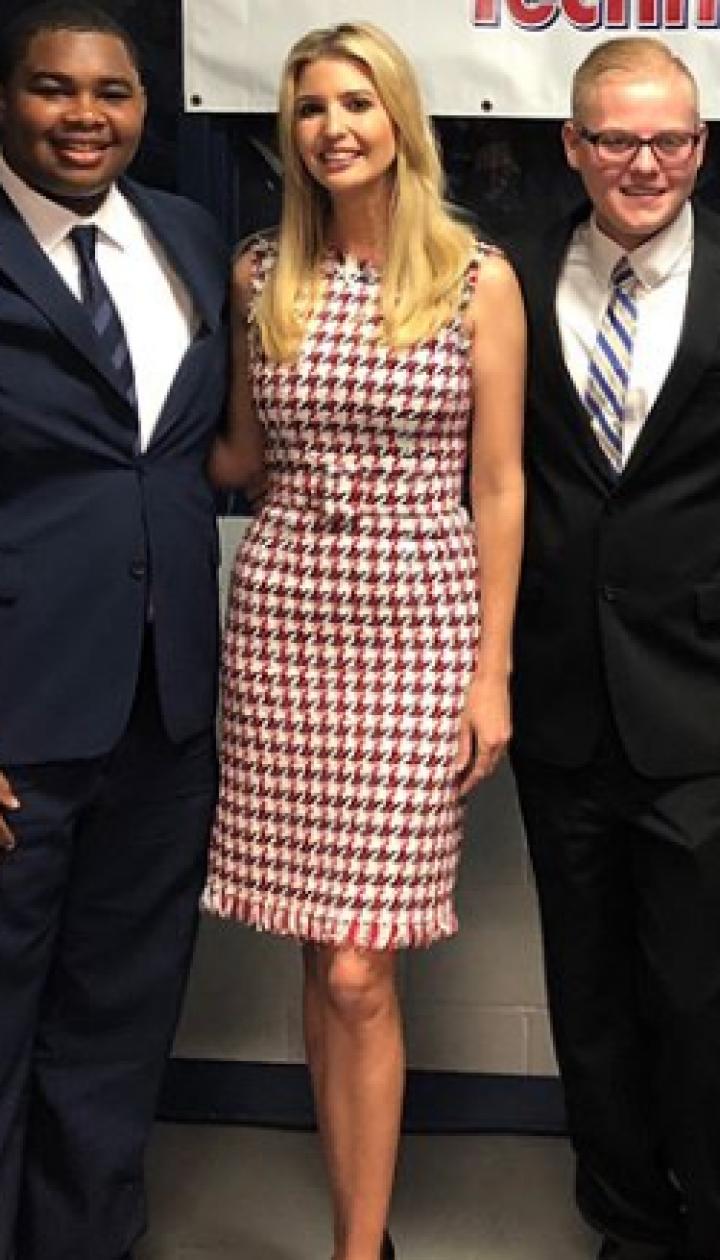 В платье с модным принтом и туфлях с бантиками: Иванка Трамп проинспектировала укладку асфальта