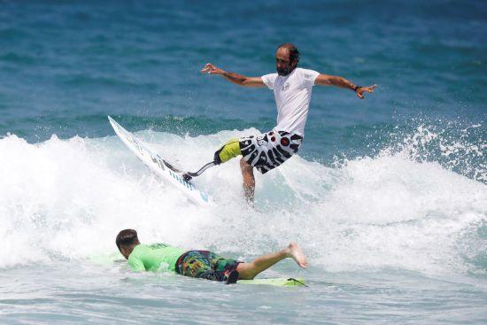 Покорители волн. В Израиле устроили чемпионат по серфингу для людей с инвалидностью