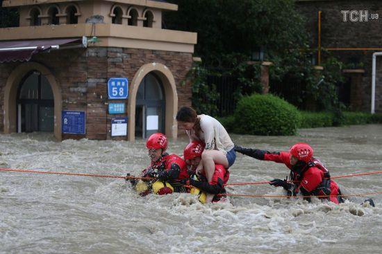 Китай у полоні стихії: повінь руйнує мости, блокує залізниці та змушує тисячі людей залишати домівки