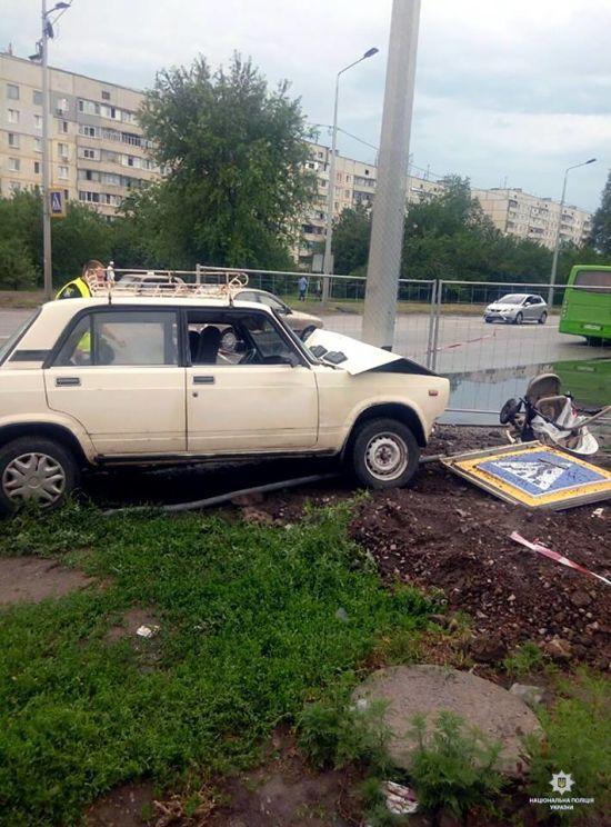 У Харкові автомобіль вилетів на тротуар та на смерть збив дитину в колясці