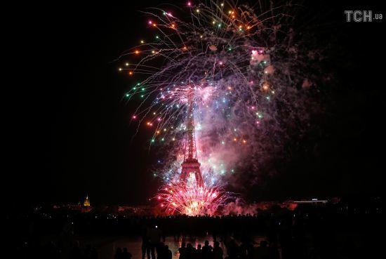 День взяття Бастилії. Показали яскраві фото феєрверків на фоні Ейфелевої вежі