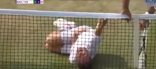Шведський тенісист до сліз розсмішив суперника після кумедного падіння на Wimbledon